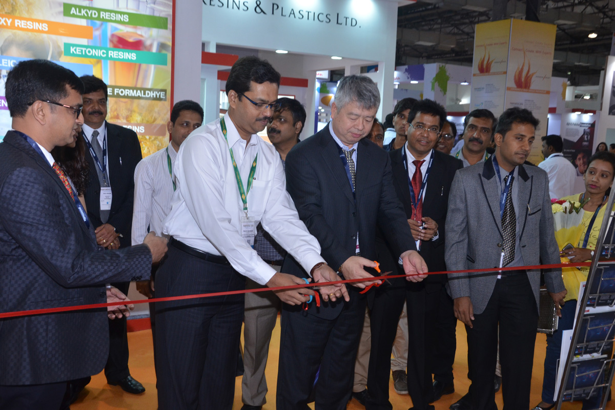 Inauguration-of-our-booth-by-ED-of-kansai-Nerolac-VP-of-Dawn-at-Paintindia-2016